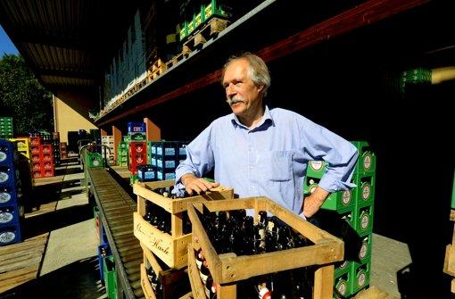 Gottfried Härle möchte, dass auf den Etiketten der Bierflaschen, die  seine Brauerei verlassen, das Wort bekömmlich steht – das stört den Verband sozialer Wettbewerb. Foto: dpa