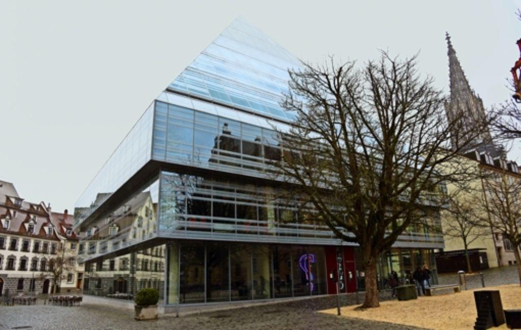 Erst beargwöhnt, am Ende geliebt: seit 2004 ist die Glaspyramide des Architekten Gottfried Böhm Heimat der Bibliothek. Foto: dpa