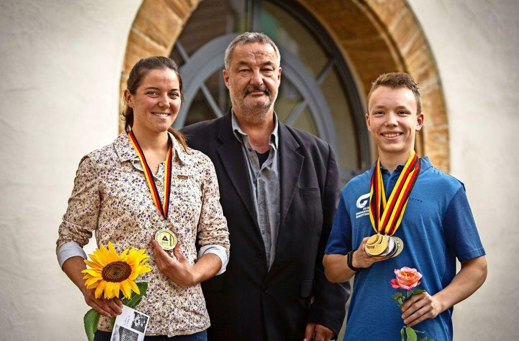 Deutsche- und Bürgermeister vor dem Neidlinger Rathaus. Foto: Michael Steinert