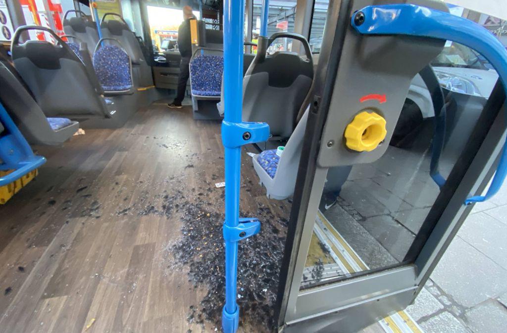 Der Innenraum im Bus: Eine zersprungene Scheibe liegt auf dem Flur. Foto: 7aktuell.de/Simon Adomat/7aktuell.de | Simon Adomat