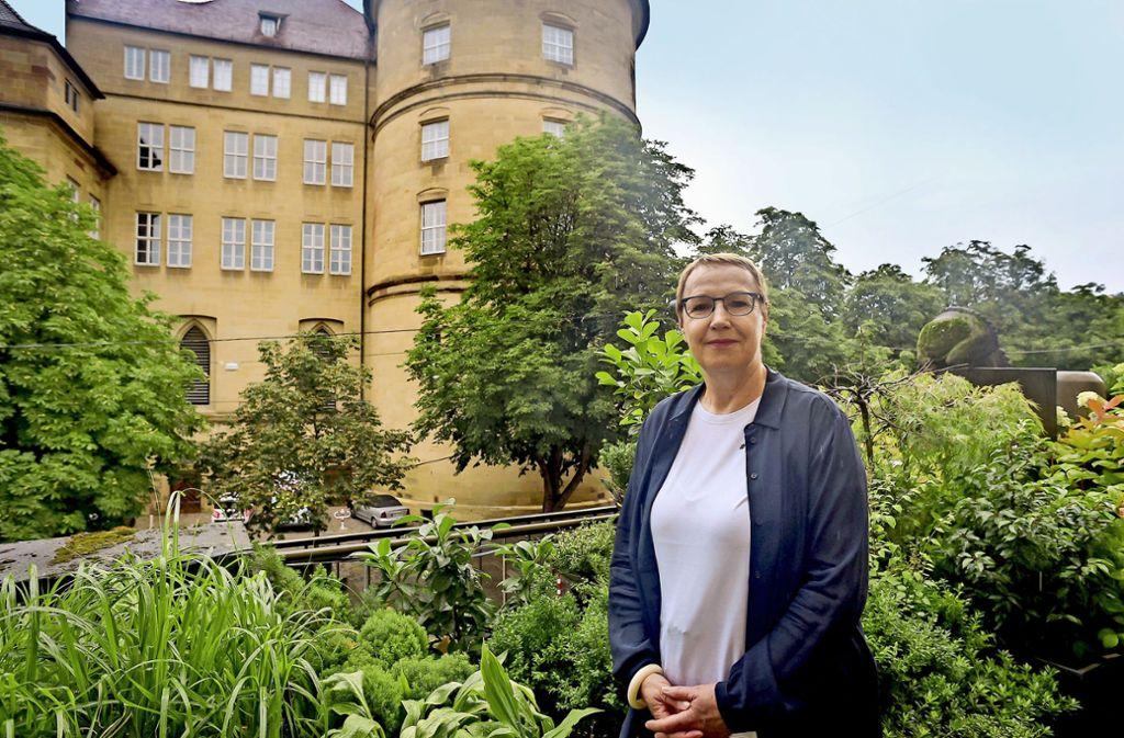 Von ihrem Büro über der Markthalle hat Cornelia Ewigleben die Stätte ihres Wirkens im Alten Schloss im Blick. Foto: Lichtgut/Max Kovalenko