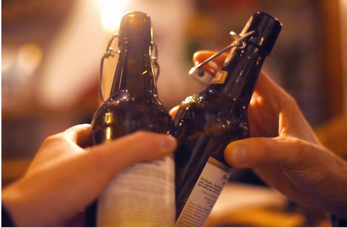 Die Polizei traf auf sechs stark betrunkene Menschen, die ausgelassen zusammen feierten. (Symbolbild) Foto: dpa/Angelika Warmuth