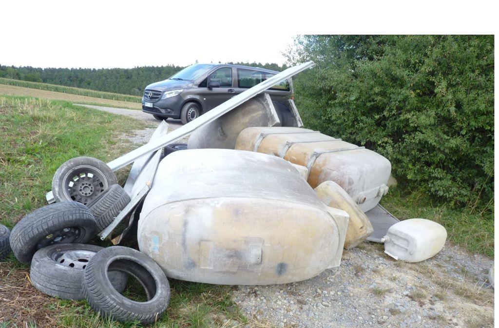 Die Unbekannten entsorgten in den vergangenen Tagen den Müll an der B295. Foto: Polizei