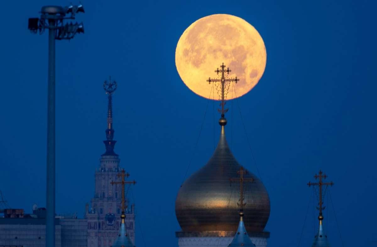 Vollmond über den Dächern der russischen Hauptstadt Moskau – Russland will zusammen mit China eine Station auf dem Erdtrabanten errichten. (Archivbild) Foto: imago images/ITAR-TASS/Marina Lystseva via www.imago-images.de