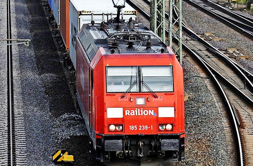 Güterzug in der Nähe von Hannover: Engpässe für lange Güterzüge sollen in den kommenden Jahren beseitigt werden. Foto: dpa