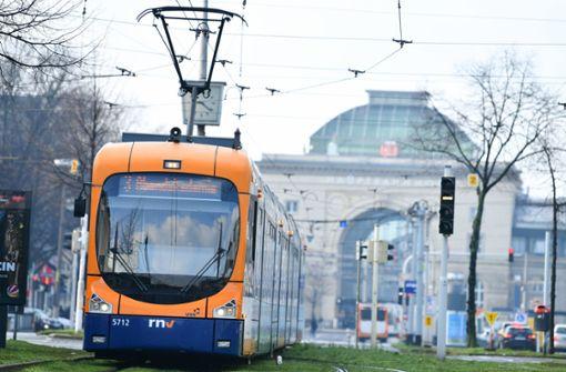 Person wird in Mannheim von Straßenbahn erfasst