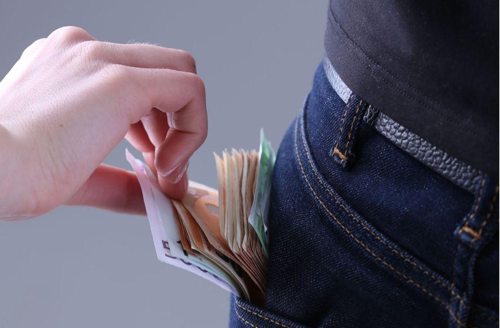 Die Frauen sollen dem 77-Jährigen Geld aus der Tasche gezogen haben. (Symbolbild) Foto: Shutterstock