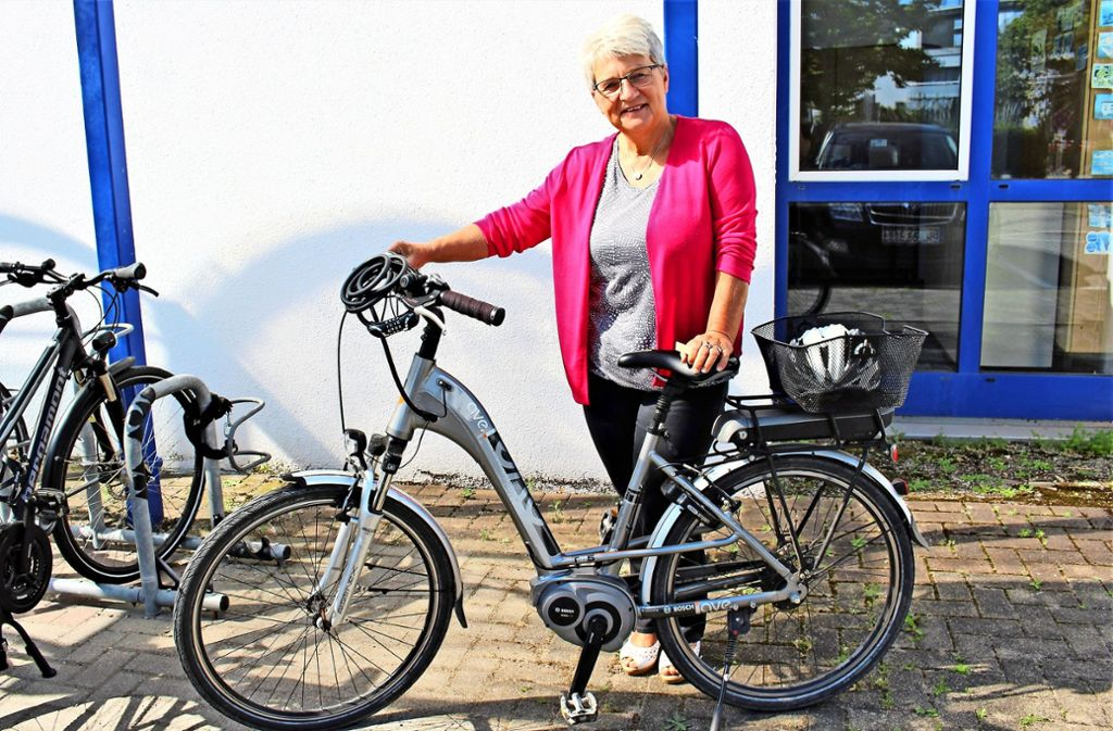 Hannelore Schullian steigt ab und an auf das E-Bike um, das dauert zwar länger, nervt aber nicht so. Foto: Holowiecki