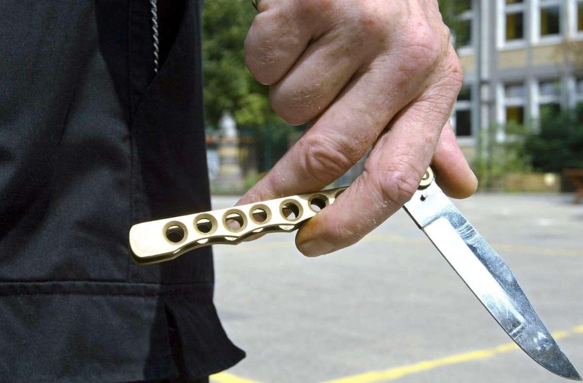Nachdem ein Mann mit einem Messer schwer verletzt wurde, hat die Polizei den mutmaßlichen Täter festgenommen. (Symbolfoto) Foto: picture-alliance/ dpa/Ingo Wagner