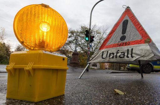 Auto kracht gegen Baum - Drei Tote und zwei Schwerverletzte