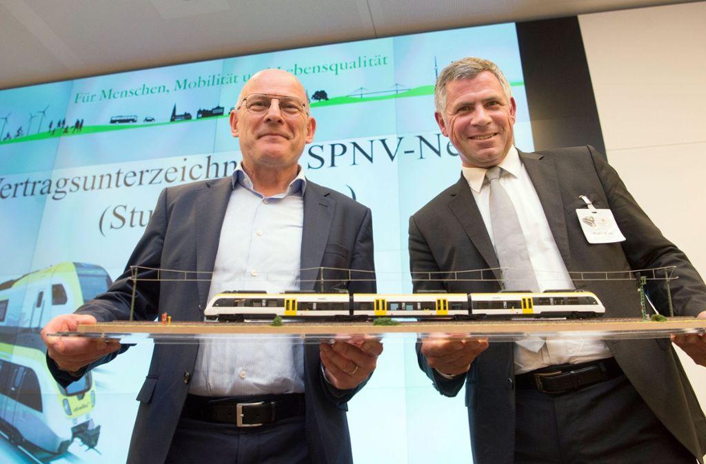 Zufriedenheit  bei der Vertragsunterzeichnung: Minister Winfried Hermann (li.) und Abellio-Chef Stephan Krenz bei der Vertragsunterzeichnng. Jetzt klemmt es doch bei der Bereitstellung der Züge. Foto: dpa