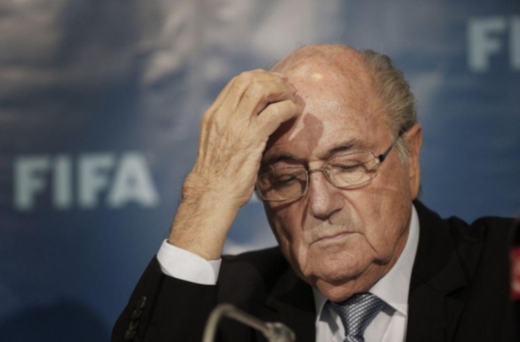 Laut dem persönlichen Berater von Joseph Blatter (Foto) fordert die Ethikkommission eine 90-tägige Freistellung des Fußball-Weltverbandspräsidenten Foto: AP
