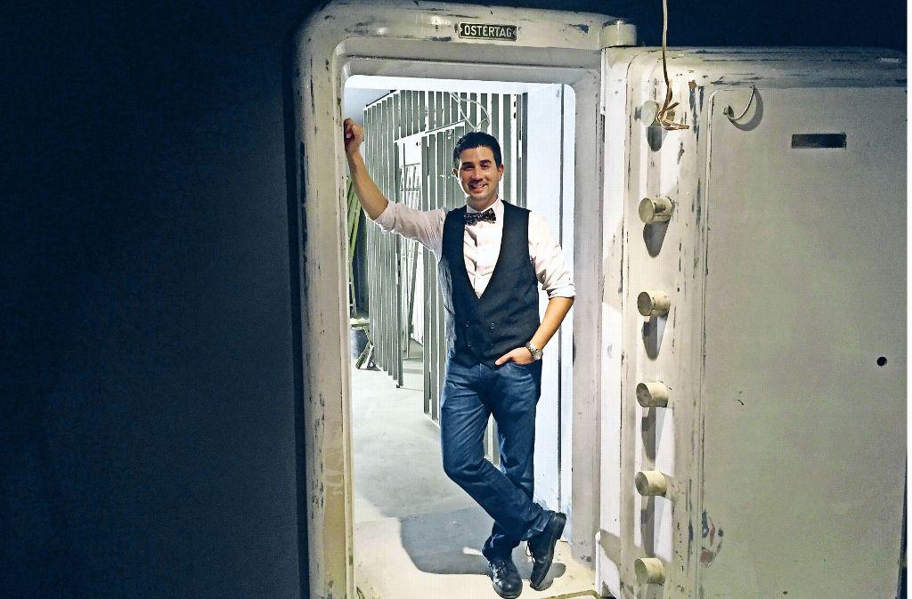 Barkeeper Eric Bergmann an der Tresortür von Jigger & Spoon im Hospitalviertel. Foto: Ina Schäfer