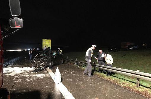 Auto schanzt über Leitplanke – Fahrer schwer verletzt