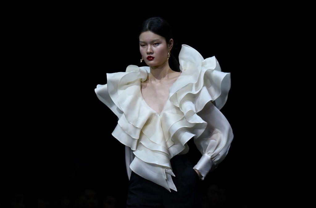 Nicht zu übersehen: ein Model präsentiert auf der Fashion Week in Peking  ein Outfit. Foto: AFP/WANG ZHAO