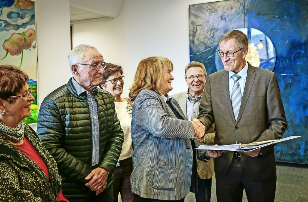 Landrat Roland Bernhard (r.) nimmt die Unterschriften der Bürgerinitiative entgegen. Foto: factum/Granville