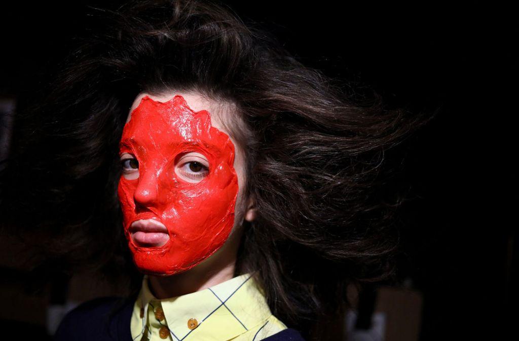 Plastik-Kriegsbemalung bei Westwood: Es scheint, als hätten sich die Stylisten der Modemacher gegen jegliche Form der Zurückhaltung verschworen. Foto: Getty Images Europe