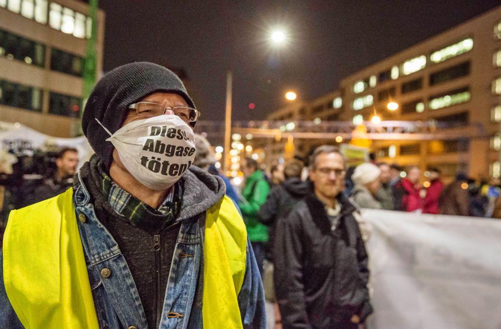 Stuttgarter Bürger demonstrieren am Neckartor gegen die Feinstaubbelastung. Foto: Lichtgut/Julian Rettig