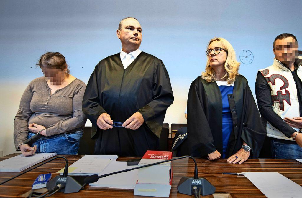 Auf der Anklagebank: Berrin T. und Christian L. stehen beim Prozessauftakt am Landgericht Freiburg neben ihren Verteidigern. Foto: AFP