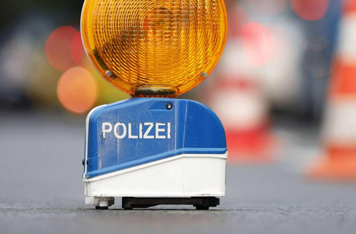Die Polizei hat einen Autofahrer gestoppt, der offenbar einen Unfall gebaut hat, sich aber nicht daran erinnern kann. (Symbolbild). Foto: imago images/Future Image/Christoph Hardt via www.imago-images.de