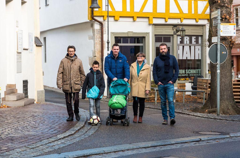 Wünschen sich die verkehrsberuhigte Zone zurück: die Anwohner Artur Ulmer, Lasse und Marco Möst, Friedel Hammer und Ingo Knapper Foto: Edgar Layher
