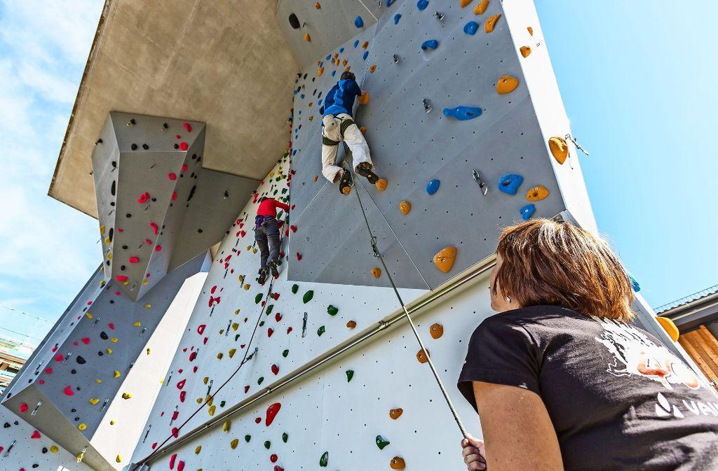Sportangebote können Bewerbern die Entscheidung für ein Unternehmen erleichtern: Bei Vaude in Obereisenbach können die Mitarbeiter zum Beispiel in der Pause die Wände hochklettern. Foto: Vaude