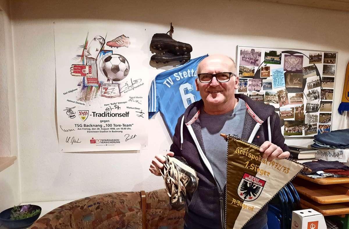 Walter Weiser mit dem Wimpel für den Kreispokalsieg der A-Jugend-Fußballer des TV Stetten und einem Paar seiner ersten Fußballschuhe aus den 1960er-Jahren. Foto: Susanne Degel