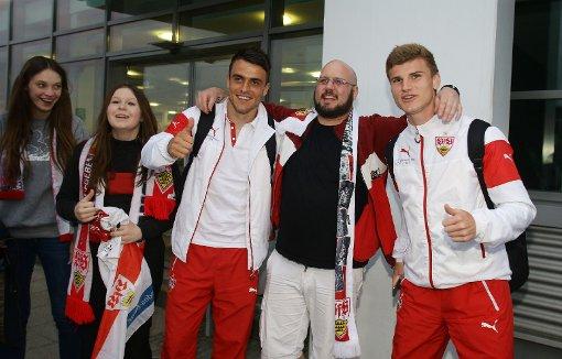 Fans empfangen entspanntes Team am Stuttgarter Flughafen