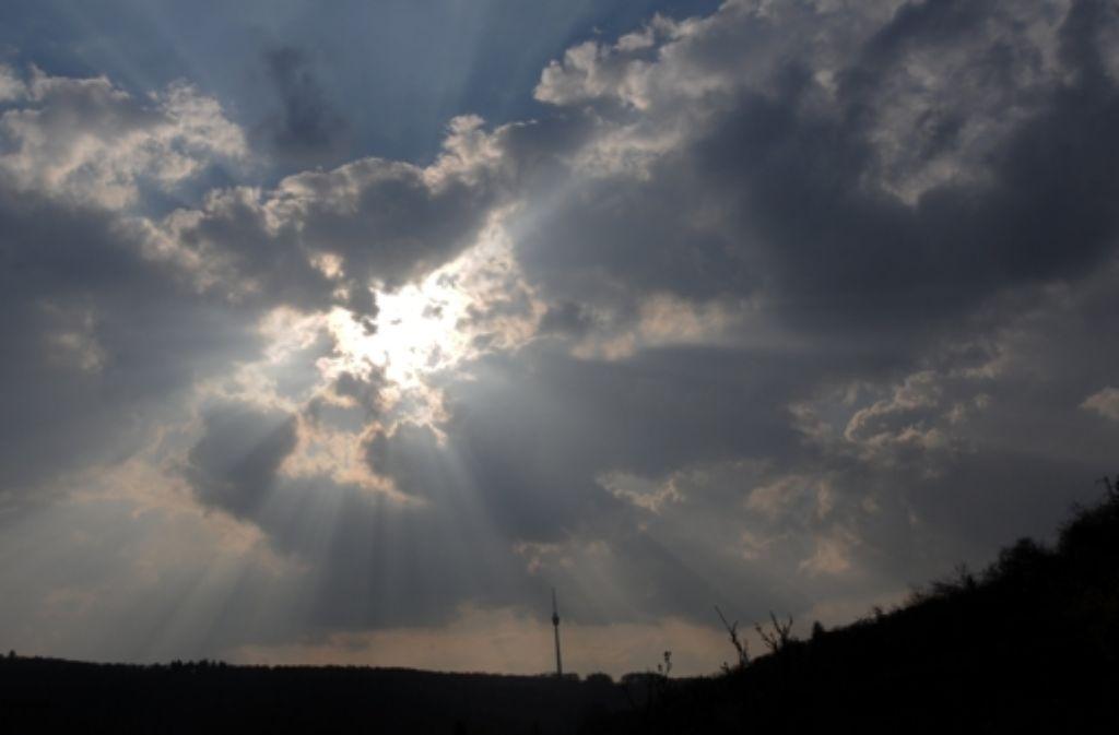 Wolken über dem Turm – und am Mittwoch und Donnerstag  auch Rauch. Foto: dpa