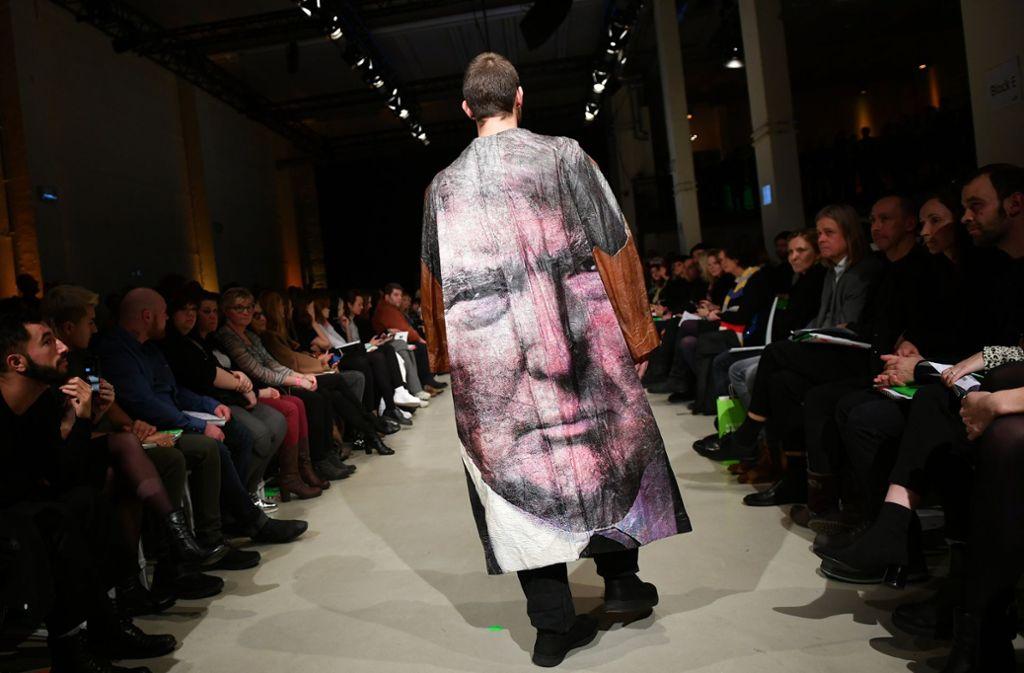 Ein schräger Auftritt: Bei der Fashion Week in Berlin hatte sogar US-Präsident Donald Trump einen Auftritt – wenn auch nur als Aufdruck der Designerin Bea Brücker. Foto: dpa