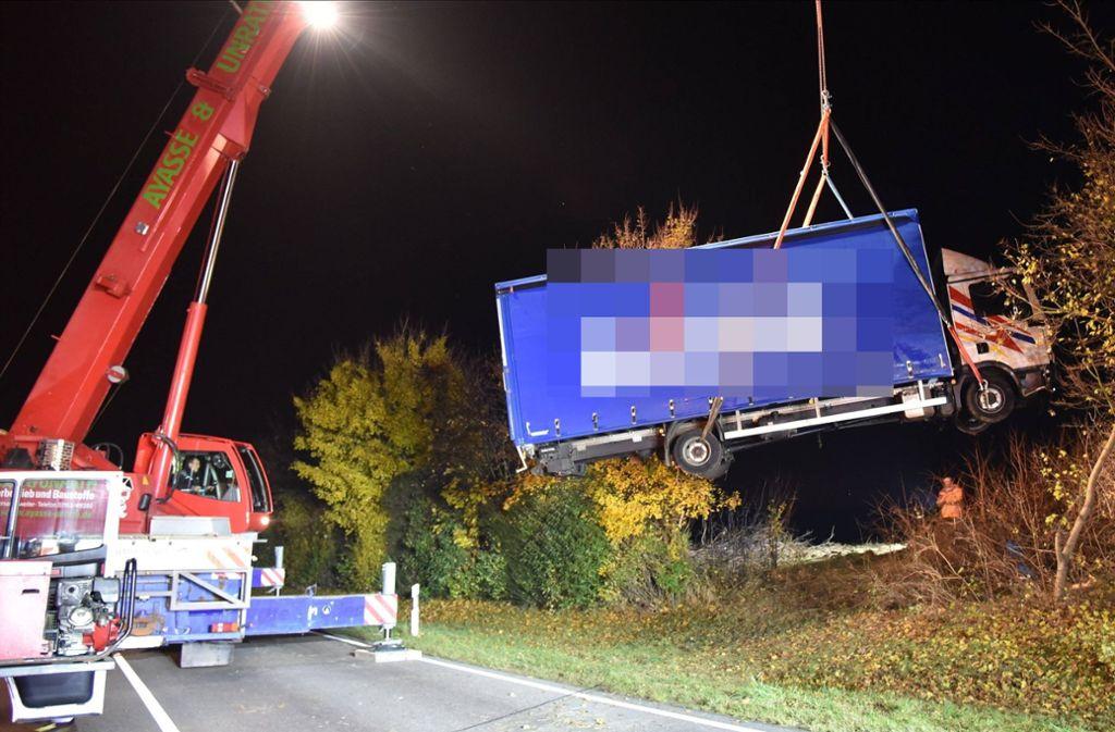Der Lkw musste am Donnerstagabend geborgen werden. Foto: 7aktuell.de/Denis Stankovic