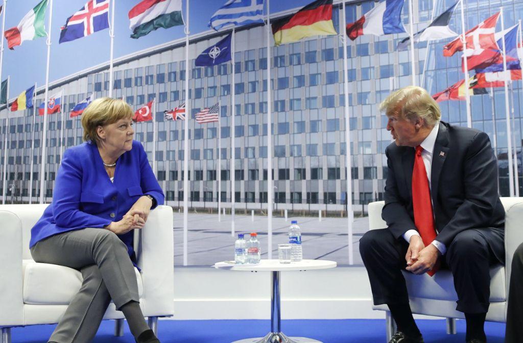 Bundeskanzlerin Angela Merkel (CDU) und Donald Trump, Präsident der USA, sprechen bei einem bilateralen Treffen am Rande des Nato-Gipfels. Foto: AP