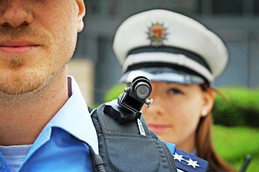 Polizeibeamte sollen  die Videokameras nur dann einschalten dürfen, wenn ihnen jemand so aggressiv gegenübertritt, dass sie mit einer Straftat rechnen können. Foto: dpa
