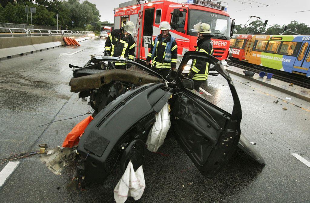 Nur noch Einzelteile statt ein Auto: Im Juli 2009 verlor ein junger Raser auf der König-Karls-Brücke sein Leben. Foto: Thomas Hörner