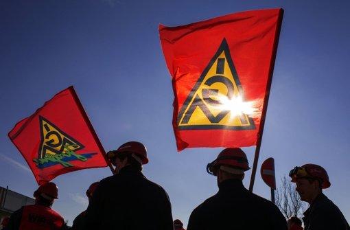 Bald wehen wieder die Flaggen der IG Metall – die Tarifrunde steht bevor. Foto: dpa