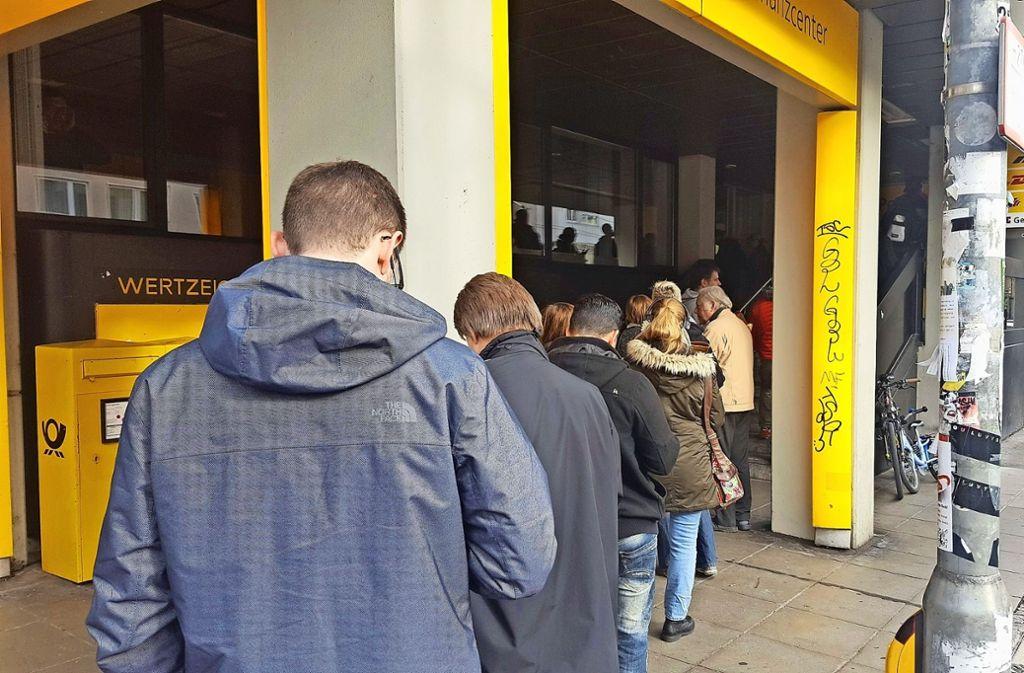 Viele Kunden beklagten sich über lange Schlangen vor der Postbankfiliale an der Böblinger Straße. 2019 ist die Filiale Geschichte. Foto: Kathrin Wesely  (Archiv)