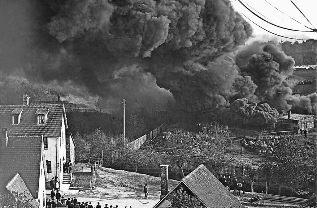 """Am 9. Mai 1912 quoll  in der Siederei der Teerfabrik Burck ein Kessel über und ergoss seinen brennenden Inhalt in den Hof. Tausende Schaulustige fanden sich ein, um den Großbrand zu beobachten. Die Feuerwehr konnte nur noch die umliegenden Wohnhäuser retten und einen Schuppen, in dem laut Zuffenhäuser Chronik """"etwa 10000 Kilogramm Benzin"""" lagerten. 1936/1937 wurde auf dem Areal die Keltersiedlung gebaut. Foto: Archiv Winfried Schweikart"""