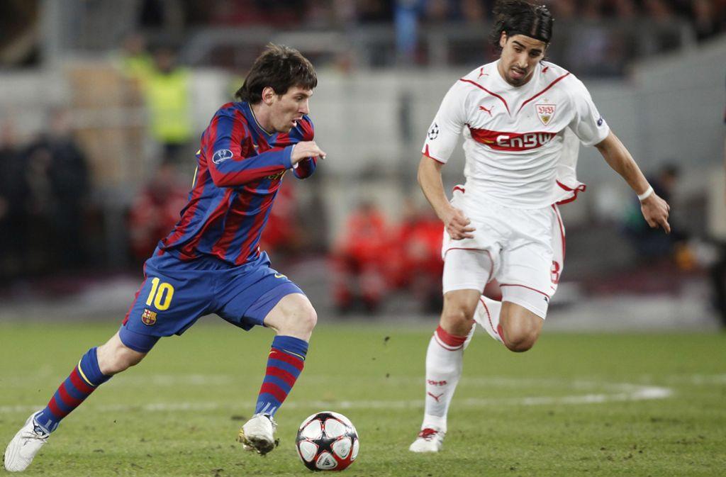 2010 in der Champions League: Lionel Messi (Barcelona) contra Sami Khedira (VfB Stuttgart) Foto: Baumann