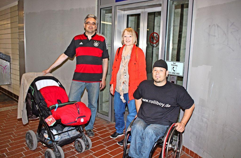 Die Bezirksbeiräte Ulrich Bayer (CDU) und  Gabriele Leitz (Grüne) sowie Ivo Josipovic (rechts) sind drei Mitglieder der Gruppe Barrierefreies Vaihingen. Sie setzen  sich für die Belange behinderter Menschen ein. Foto: Rebecca Stahlberg