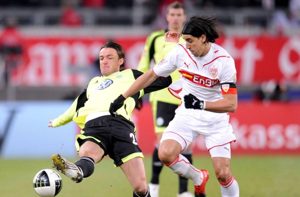 Zum Rückrundenauftakt in der Saison 2009/10 konnte der VfB Stuttgart den VfL Wolfsburg mit 3:1 besiegen. Im Bild: Sami Khedira (rechts) im Zweikampf mit Christian Gentner. Foto: dpa