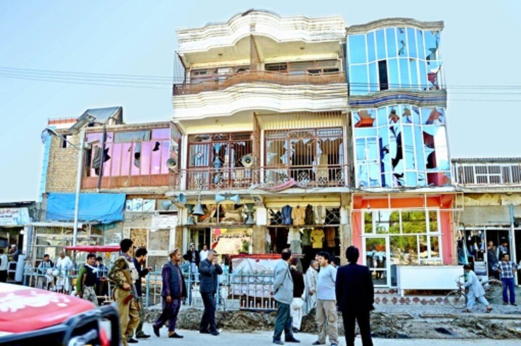 Täglich kommt es zu blutigen Angriffen in und um Kundus. Erst am 21. April tötete eine Bombe mehrere Zivilisten und zerstörte die Fassade dieses Hauses in der Stadt. Foto: dpa