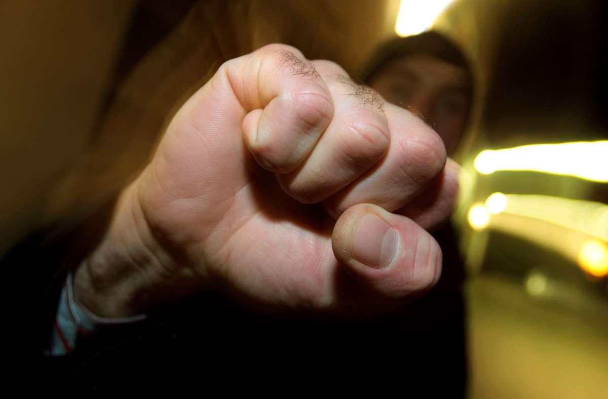 Der Mann soll der Frau mehrfach ins Gesicht geschlagen haben (Symbolbild). Foto: picture alliance / dpa/Karl-Josef Hildenbrand