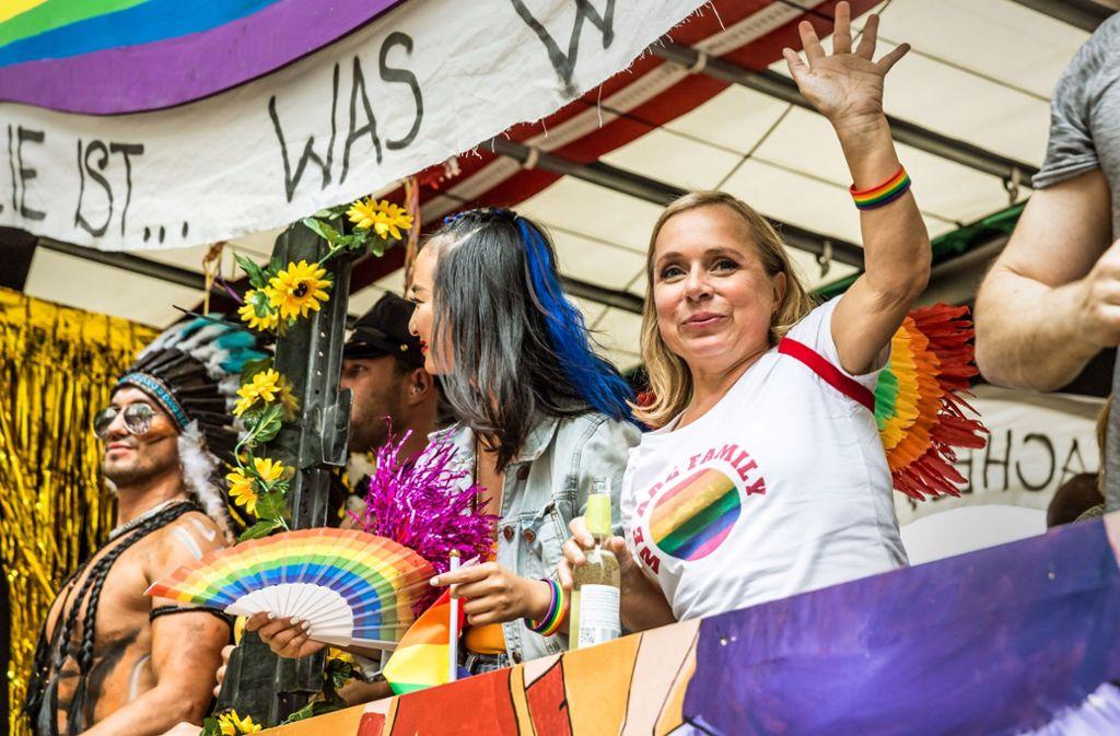 """Christine Urspruch (rechts) auf dem Wagen der ZDF-Serie   """"Dr. Klein""""  beim CSD im Sommer 2018 in Stuttgart Foto: Lichtgut/Julian Rettig"""