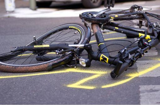 Fahrradfahrer stößt mit Auto zusammen – schwer verletzt