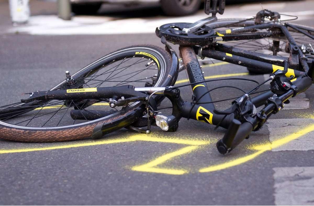 Der 72-jährige Radfahrer zog sich schwere Verletzungen zu (Symbolbild). Foto: dpa/Daniel Naupold