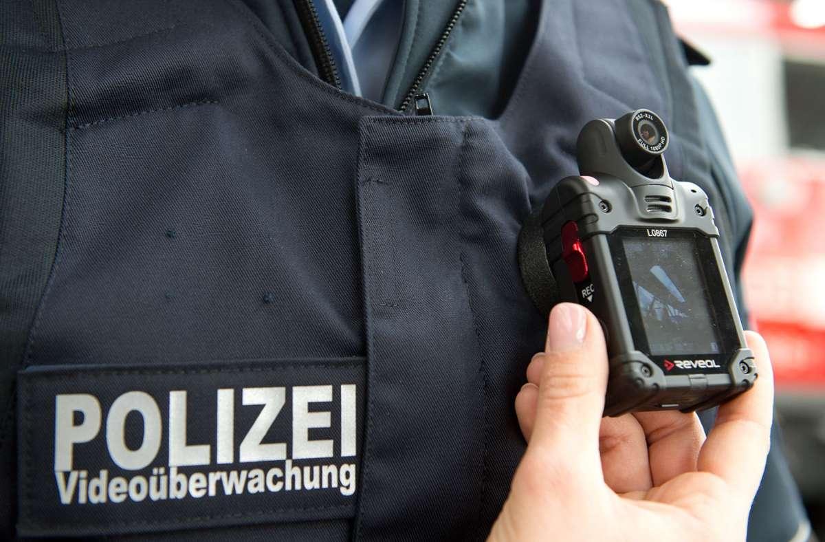 Um die Schulterkameras (bodycams) von Polizisten war im Landtag lange gestritten worden. Nun wurde das sog. Polizeigesetz verabschiedet. (Archivbild) Foto: picture alliance / dpa/Bernd Weißbrod
