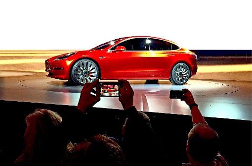 Mit dem Model 3 will  Tesla ab 2018  in den Massenmarkt einsteigen. Um Verzögerungen zu vermeiden, soll die Tochter Grohmann nicht mehr für Dritte arbeiten. Das lehnen die anderen Grohmann-Kunden ab. Foto: AP