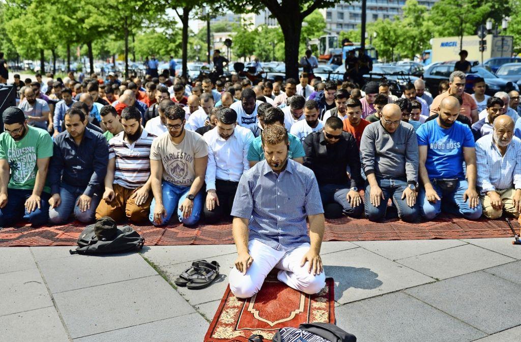 Aus Protest  versammeln sich Anfang Juni Gläubige zum Freitagsgebet vor der Technischen Universität in Berlin. Dort waren die Gebetsräume Anfang März geschlossen worden. Foto: dpa