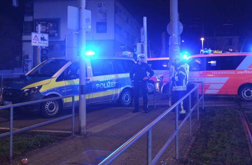 Mann wird von Straßenbahn erfasst und lebensgefährlich verletzt