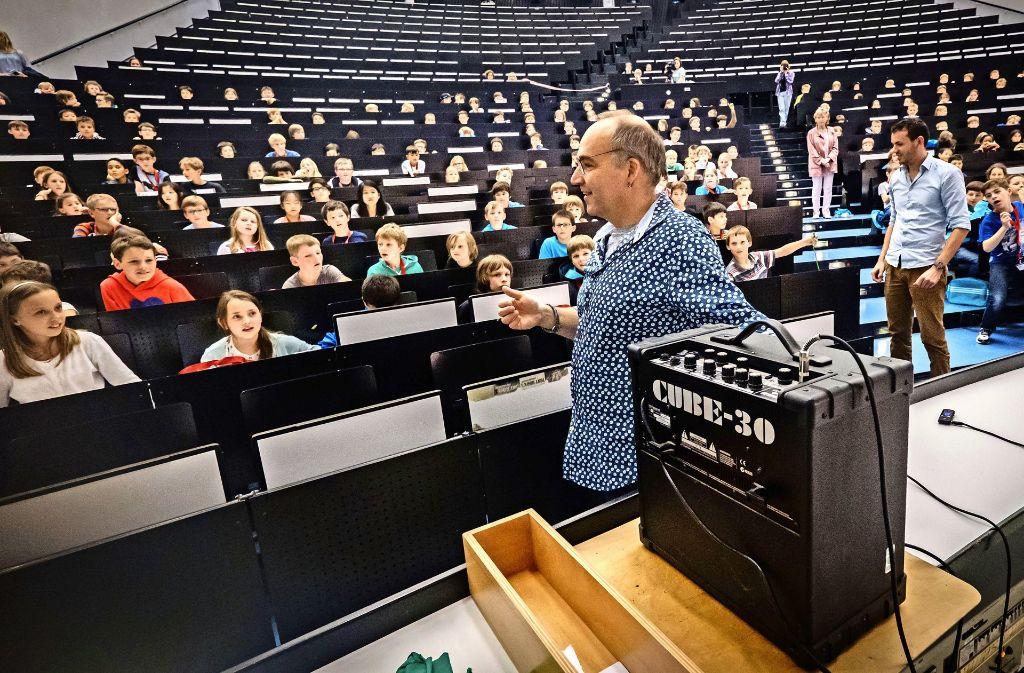 """Michael Jetter  zeigt den """"Studenten"""" das Licht aus Kristallen. Foto: Lichtgut/Achim Zweygarth"""